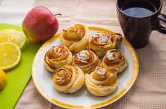 Ρόλοι κανέλας, Apple στο πιάτο Φλυτζάνι και λεμόνι τσαγιού Στοκ εικόνα με δικαίωμα ελεύθερης χρήσης