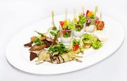 Ρόλοι μελιτζανών και φυτική σαλάτα σε ένα πιάτο Στοκ Εικόνες