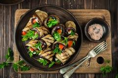 Ρόλοι μελιτζανών με το σκόρδο φέτα, την ντομάτα και τα χορτάρια Στοκ φωτογραφία με δικαίωμα ελεύθερης χρήσης