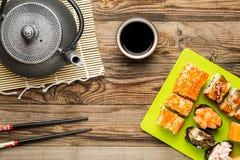 Ρόλοι με τη σάλτσα σόγιας, chopstick και teapot στοκ φωτογραφίες