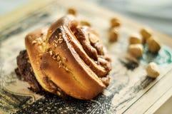 Ρόλοι σοκολάτας με τα φουντούκια Στοκ εικόνα με δικαίωμα ελεύθερης χρήσης