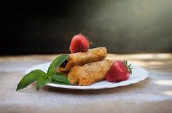 Ρόλοι σοκολάτας με τις φράουλες Στοκ εικόνες με δικαίωμα ελεύθερης χρήσης