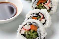 Ρόλοι σουσιών σε ένα άσπρο πιάτο στοκ φωτογραφίες με δικαίωμα ελεύθερης χρήσης