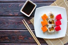 Ρόλοι σουσιών σε μια άσπρη σάλτσα πιάτων και σόγιας Στοκ εικόνες με δικαίωμα ελεύθερης χρήσης