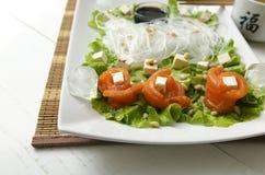 Ρόλοι σολομών σε μια κρύα σαλάτα στοκ εικόνα με δικαίωμα ελεύθερης χρήσης