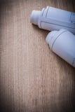 Ρόλοι σχεδιαγραμμάτων στο ξύλινο constructi έκδοσης υποβάθρου κάθετο Στοκ εικόνα με δικαίωμα ελεύθερης χρήσης