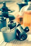 Ρόλοι ταινιών φωτογραφιών, κασέτα και φωτογραφικός εξοπλισμός στοκ φωτογραφία με δικαίωμα ελεύθερης χρήσης