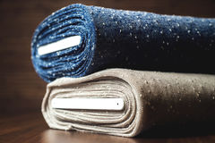 Ρόλοι του μπλε και καφετιού υφάσματος σε ξύλινο Στοκ φωτογραφία με δικαίωμα ελεύθερης χρήσης