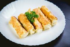 Ρόλοι του τυριού και του ψωμιού, ένα πιάτο στον καφέ Στοκ εικόνες με δικαίωμα ελεύθερης χρήσης
