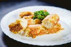 Ρόλοι του τυριού και του ψωμιού, ένα πιάτο στον καφέ Στοκ Φωτογραφία