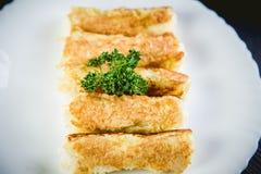 Ρόλοι του τυριού και του ψωμιού, ένα πιάτο στον καφέ Στοκ φωτογραφία με δικαίωμα ελεύθερης χρήσης