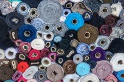 Ρόλοι του υφάσματος στην αγορά με τα διαφορετικά χρώματα στοκ εικόνες