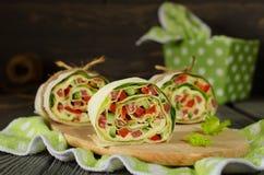 Ρόλοι του ψωμιού με τα λαχανικά, το τυρί και το λουκάνικο Στοκ εικόνες με δικαίωμα ελεύθερης χρήσης