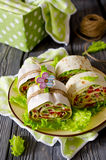 Ρόλοι του ψωμιού με τα λαχανικά, το τυρί και το λουκάνικο Στοκ Εικόνες