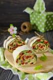 Ρόλοι του ψωμιού με τα λαχανικά, το τυρί και το λουκάνικο Στοκ Φωτογραφία