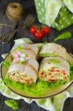 Ρόλοι του ψωμιού με τα λαχανικά, το τυρί και το λουκάνικο Στοκ Φωτογραφίες