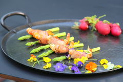 Ρόλοι των γαρίδων, του χοιρινού κρέατος και του σπαραγγιού Στοκ Εικόνα