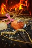 Ρόλοι ψωμιού ενάντια στο φούρνο πετρών Στοκ Φωτογραφία