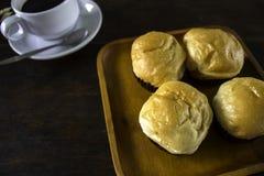 Ρόλοι ψωμιού και ένας μαύρος καφές σε ένα πιάτο Στοκ φωτογραφία με δικαίωμα ελεύθερης χρήσης