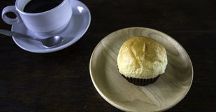 Ρόλοι ψωμιού και ένας μαύρος καφές σε ένα πιάτο Στοκ εικόνα με δικαίωμα ελεύθερης χρήσης