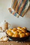 Ρόλοι ψωμιού σκόρδου με το σκόρδο Κουλούρι ψωμιού με το σκόρδο πολύβλαστο σπίτι Στοκ Φωτογραφία
