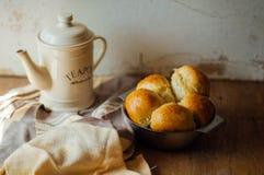 Ρόλοι ψωμιού σκόρδου με το σκόρδο Κουλούρι ψωμιού με το σκόρδο πολύβλαστο σπίτι Στοκ φωτογραφία με δικαίωμα ελεύθερης χρήσης