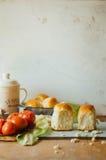 Ρόλοι ψωμιού σκόρδου με το σκόρδο Κουλούρι ψωμιού με το σκόρδο πολύβλαστο σπίτι Στοκ Εικόνες