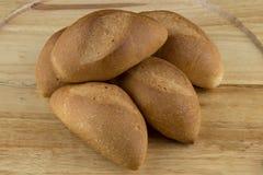 Ρόλοι ψωμιού στον ξύλινο δίσκο Στοκ εικόνες με δικαίωμα ελεύθερης χρήσης