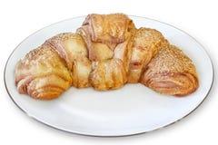Ρόλος ζύμης ριπών Croissant στο άσπρο πιάτο πορσελάνης - απομονωμένο Ο Στοκ Φωτογραφίες