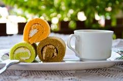 Ρόλος και καφές κέικ στοκ φωτογραφίες με δικαίωμα ελεύθερης χρήσης