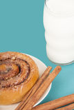 Ρόλος κανέλας και ποτήρι του γάλακτος Στοκ Φωτογραφίες
