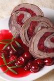 Ρόλος κρέατος με τα κεράσια και την κινηματογράφηση σε πρώτο πλάνο σάλτσας κάθετος Στοκ φωτογραφίες με δικαίωμα ελεύθερης χρήσης