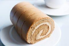 Ρόλος μαρμελάδας, κέικ ρόλων καφέ στο πιάτο Στοκ Φωτογραφίες