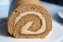 Ρόλος μαρμελάδας, κέικ ρόλων καφέ στο πιάτο Στοκ φωτογραφία με δικαίωμα ελεύθερης χρήσης