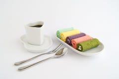 Ρόλος μαρμελάδας με τον καφέ Στοκ Εικόνες