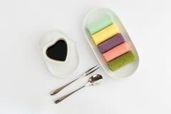 Ρόλος μαρμελάδας με το φλυτζάνι καφέ Στοκ Εικόνα