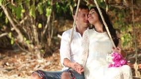 Ρόλος νεόνυμφων και νυφών στην ταλάντευση και φιλί στην παραλία του νησιού φιλμ μικρού μήκους