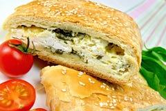 Ρόλος που γεμίζουν με το σπανάκι και το τυρί στο τραπεζομάντιλο λινού Στοκ Φωτογραφίες