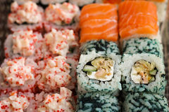 Ρόλος σουσιών με τα ψάρια σολομών και χαβιαριών Στοκ Φωτογραφίες