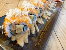 Ρόλος σουσιών - σούσια Καλιφόρνιας Maki Ιαπωνική κουζίνα στοκ φωτογραφία με δικαίωμα ελεύθερης χρήσης