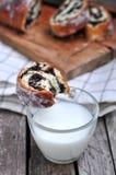 Ρόλος σπόρου παπαρουνών με το γάλα Στοκ Εικόνες
