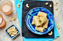Ρόλος φυστικιών των δυτικών ανακαρδίων Ρόλος pista Kaju Ινδικά γλυκά στοκ φωτογραφία
