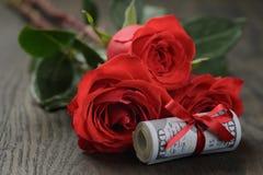 Ρόλος χρημάτων με το ροδαλό λουλούδι Στοκ Εικόνες