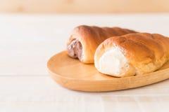 ρόλος ψωμιού με την κρέμα Στοκ φωτογραφία με δικαίωμα ελεύθερης χρήσης
