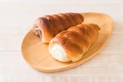 ρόλος ψωμιού με την κρέμα Στοκ φωτογραφίες με δικαίωμα ελεύθερης χρήσης