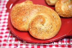 Ρόλος ψωμιού με τους σπόρους σουσαμιού που ψήνονται πρόσφατα Στοκ Εικόνα