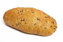 Ρόλος ψωμιού που καλύπτεται με τους σπόρους σουσαμιού που απομονώνονται στο άσπρο υπόβαθρο Στοκ φωτογραφία με δικαίωμα ελεύθερης χρήσης