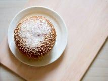 Ρόλος ψωμιού που καλύπτεται με τους σπόρους σουσαμιού, χαρακτηριστικά γερμανικά τρόφιμα προγευμάτων όμορφες νεολαίες γυναικών στο Στοκ Εικόνες