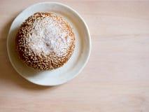 Ρόλος ψωμιού που καλύπτεται με τους σπόρους σουσαμιού, χαρακτηριστικά τρόφιμα προγευμάτων όμορφες νεολαίες γυναικών στούντιο ζευγ Στοκ Φωτογραφίες