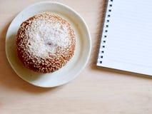 Ρόλος ψωμιού που καλύπτεται με τους σπόρους σουσαμιού, χαρακτηριστικά τρόφιμα προγευμάτων όμορφες νεολαίες γυναικών στούντιο ζευγ Στοκ Φωτογραφία